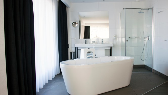 Comfort+ Room Hotel Breukelen bathroom bubble bath