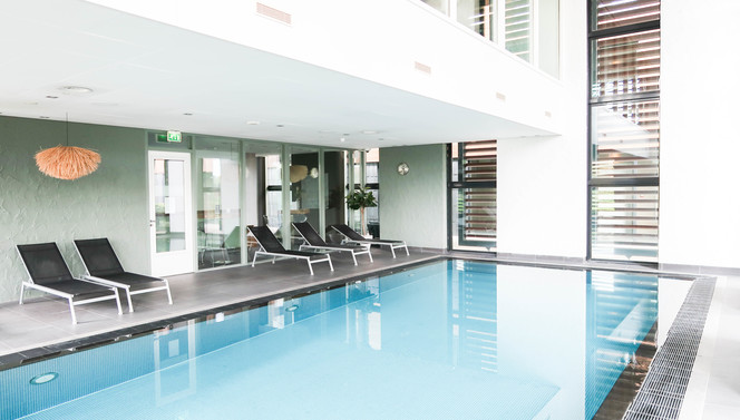 Wellness swimmingpool Hotel Breukelen Enjoy Swimming water lounger stairs